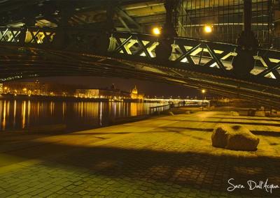 Gros caillou sous pont